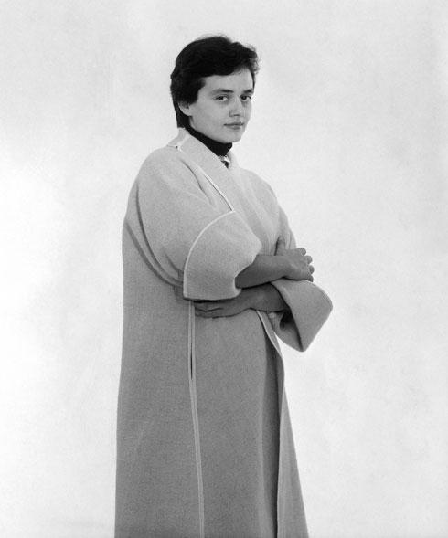 דה שליט מדגמנת גרסה של ''מעיל המדבר'' בעיצובה של פיני לייטרסדורף למשכית, דצמבר 1955 (צילום: זולטן קלוגר, אוסף גולדרייך דה שליט, ארכיון אדריכלות ישראל)