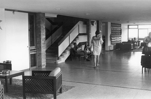 תמר דה שליט בלובי שעיצבה לבית החלמה יערות הכרמל, סוף שנות ה-60 (צילום: נחום זולוטוב, אוסף גולדרייך דה שליט, ארכיון אדריכלות ישראל)