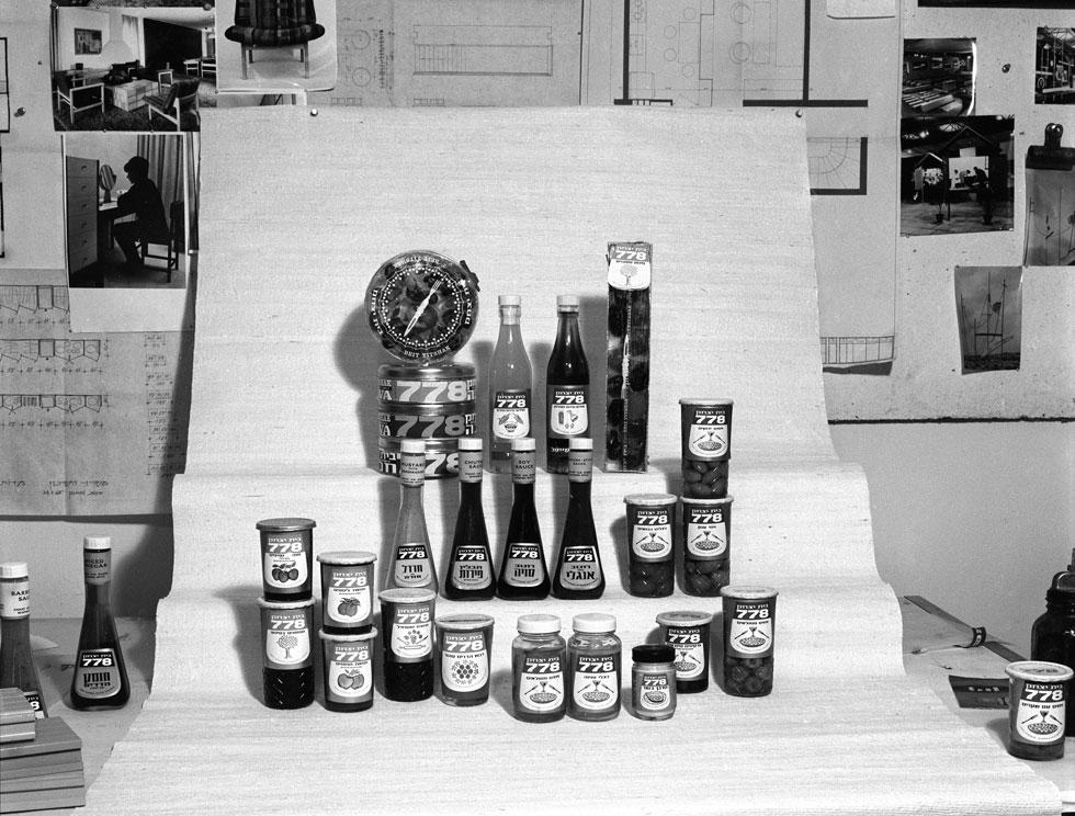 סט צילום למוצרי 778 בסטודיו ''עיצוב ותכנון'', 1963-64. להבדיל, עיצב הסטודיו את הלשכה של דוד בן גוריון