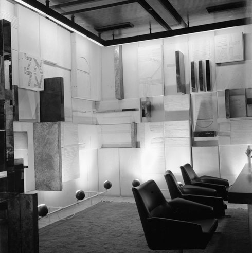 וגולדרייך ייצור את תבליט הקיר למשרדים של חברת התעופה הלאומית במלון הילטון ת''א, 1965 (אוסף גולדרייך דה שליט, ארכיון אדריכלות ישראל)