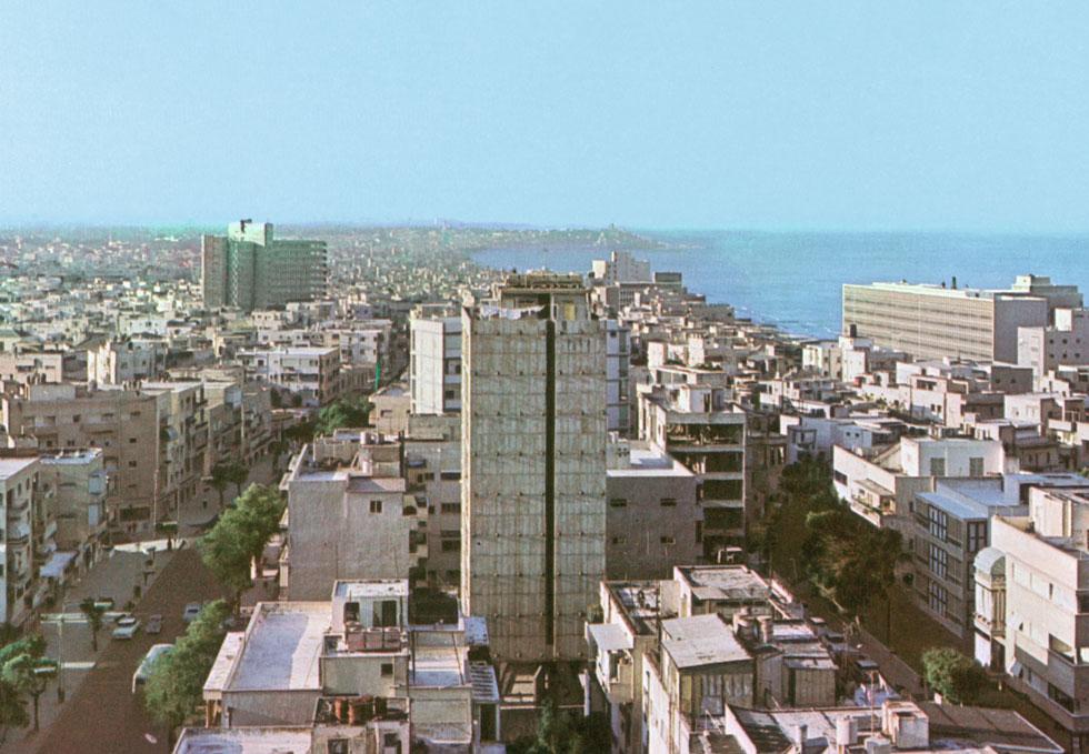 מבית אנגל בשדרות רוטשילד, היא עברה לרב-הקומות החדשני של נחום זולוטוב ברחוב בן יהודה, אחד מסמלי הברוטליזם הטרי בתל אביב (חנן דורפצאון גלוית פלפוט)