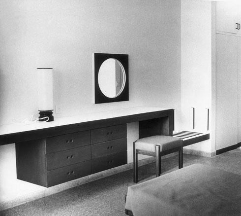 יחידת שולחן איפור, שרפרף, מראה וגוף תאורה בבית ההחלמה יערות הכרמל, 1966-68 (אוסף גולדרייך דה שליט, ארכיון אדריכלות ישראל)