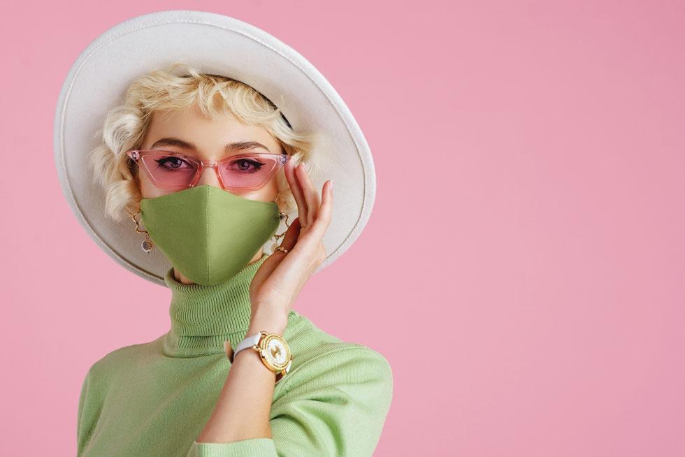 המסכה מכבידה על עור הפנים ולכן מומלץ שלא להוסיף עוד שכבת איפור כדי לא לחסום את הנקבוביות לגמרי (צילום: Shutterstock)