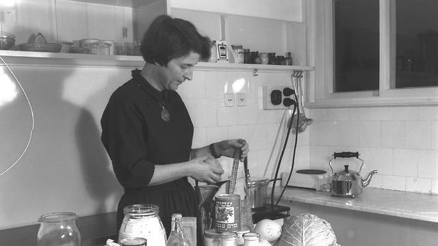 עקרת בית מבשלת במטבח (צילום: פרינץ כהן, לע