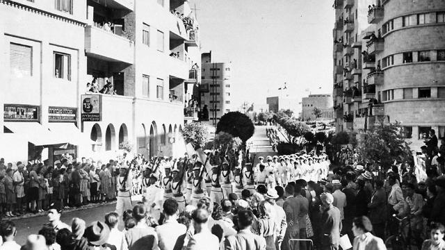 חיילים יהודים צועדים בתל אביב, 1942 (צילום: AP)