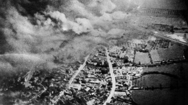 ההפצצות מעל קאין (צילום: AP)