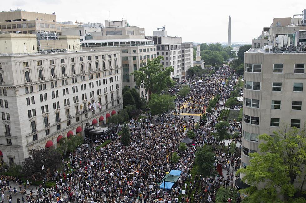 הפגנה מחאה מפגינים וושינגטון נגד גזענות אלימות שוטרים ג'ורג' פלויד (צילום: AP)