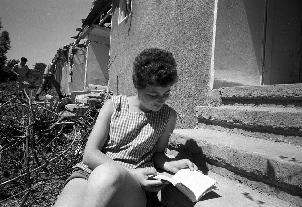 קיבוץ גדות, אפריל 1967. כל הבתים נפגעו ביום קרב אחד, חודשיים לפני המלחמה (צילום: דוד רובינגר)