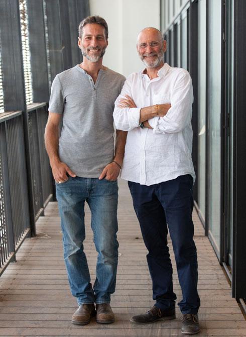 האדריכלים אודי כסיף (מימין) ומאור רויטמן במרפסת בריכת השחייה (צילום: דור נבו)