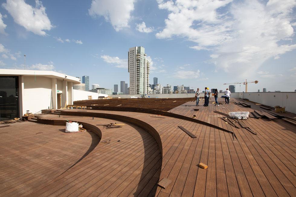 אלפיים מטרים רבועים של מיטות שיזוף ושמשיות יוצבו כאן, על הגג, עם מקלחות-חוץ ונוף נדיר של העיר (צילום: דור נבו)