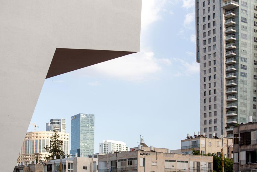 המבט על העיר מהגג, שכולו יתפקד כמשטח שיזוף ונופש ענקי, כבר מוסתר ע''י מגדל הגימנסיה. הוא בוודאי לא יהיה האחרון (צילום: דור נבו)