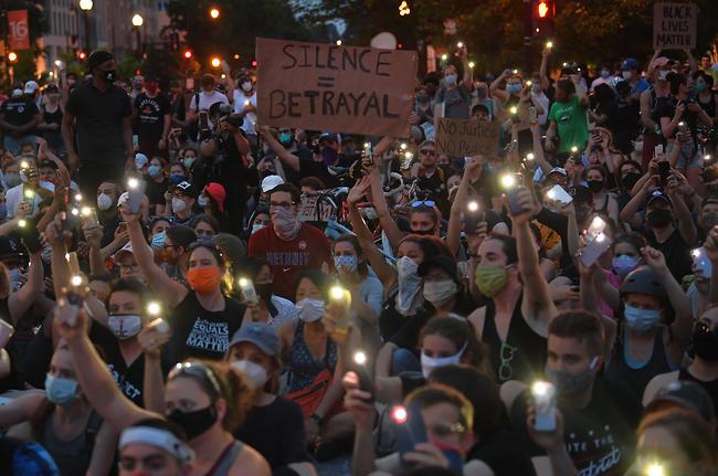 הפגנה בעקבות מותו של ג'ורג' פלויד ליד הבית הלבן (צילום: AFP)