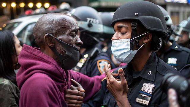 שוטר שחור ומפגין ב הפגנות מחאה על מותו של ג'ורג' פלויד ב ארה