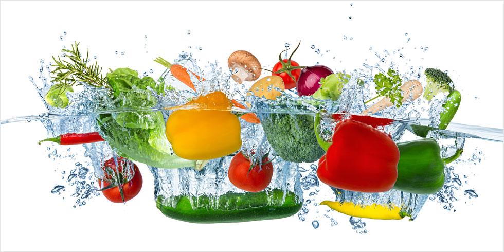 איך נכון לחטא פירות וירקות כדי לוודא שהם נקיים מחומרי הדברה ומנגיפים מצד אחד, אך גם לא רעילים לנו מצד שני?  לחצו לכתבה (צילום: Shutterstock)