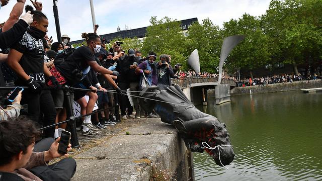 מחאת ג'ורג' פלויד הפגנה בריסטול בריטניה פסל של סוחר עבדים הושלך למים (צילום: MCT)