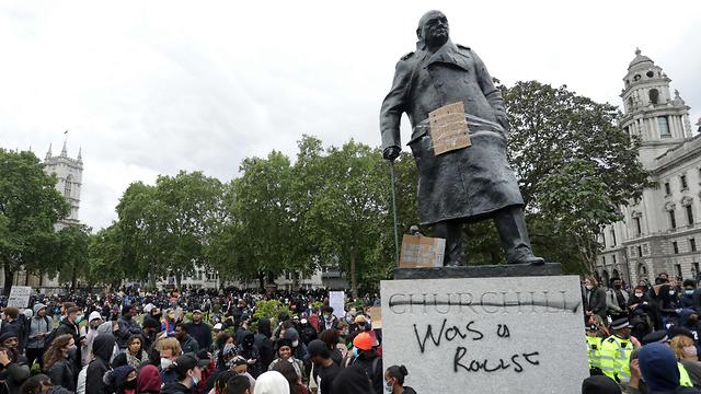 מחאת ג'ורג' פלויד מפגינים ב לונדון ליד פסל של ווינסטון צ'רצ'יל בריטניה (צילום: AFP)
