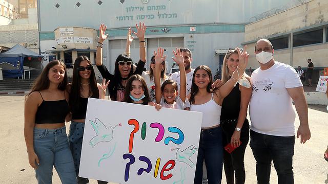 בני משפחה של נתי חדד קבלת פנים מחוץ ל כלא ניצן (צילום: יריב כץ)