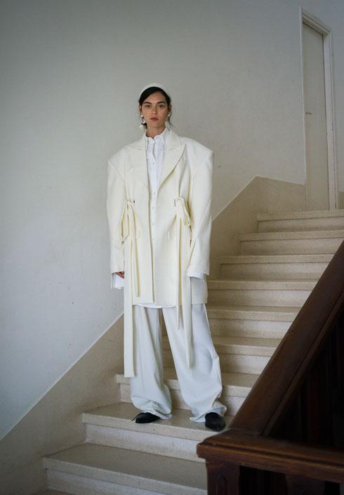 """""""אני לא מגדיר את עצמי כמעצב שעושה בגדים יפים – אני על התפר שבין אופנה לאמנות"""" (צילום: מיכל חלבין)"""