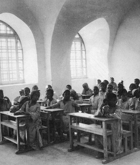 כיתת לימוד בגורנה החדשה. למד לעומק את אורח החיים הכפרי ואת תנאי המדבר הקשים (צילום: רוג'ר ויולט)