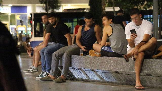 הציבור מתקהל ללא מסכות (צילום: מוטי קמחי)