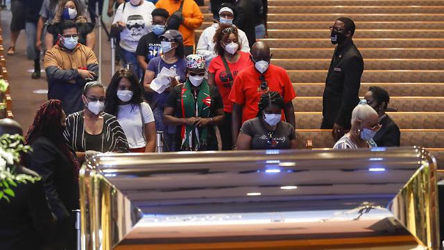 חולפים על פני ארונו של ג'ורג' פלויד (צילום: EPA)