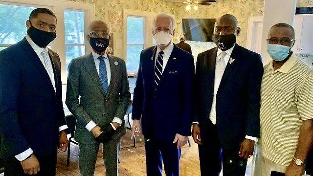 ג'ו ביידן עם משפחתו של ג'ורג' פלויד (צילום: טוויטר)