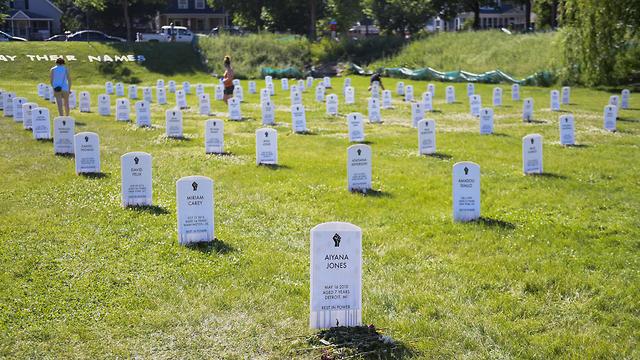 מיצג בית קברות מאולתר של נפגעי האלימות המשטרתית בארה
