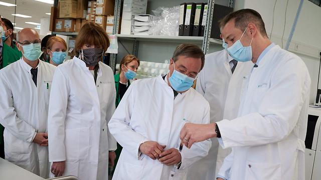 ארמים לאשט ראש ממשלת מדינת נורדריין וסטפאליה גרמניה עוטה מסכת פנים נגיף קורונה הקורונה (צילום: AFP)