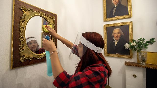 שוויץ ג'נבה עובדת מנקה את חדר הבריחה ש נפתח נגיף קורונה הקורונה (צילום: EPA)