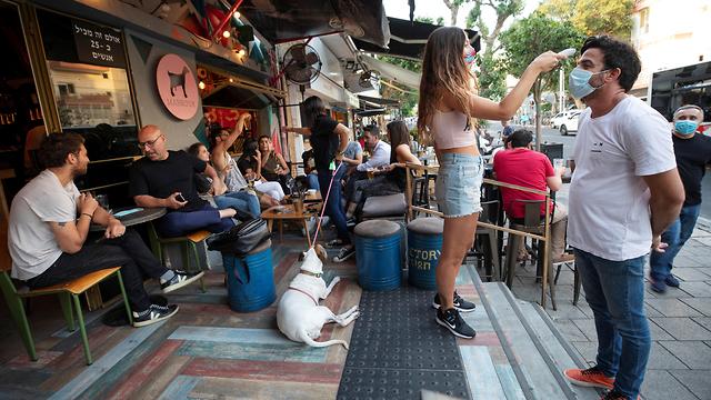 מודדים חום ב כניסה למסעדה ב תל אביב ישראל נגיף קורונה הקורונה (צילום: רויטרס)