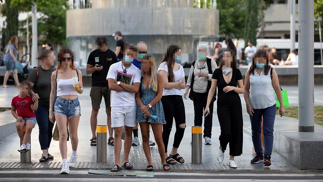 כיכר דיזנגוף אנשים עם מסכה ב מעבר חצייה נגיף קורונה הקורונה תל אביב ישראל (צילום: רויטרס)