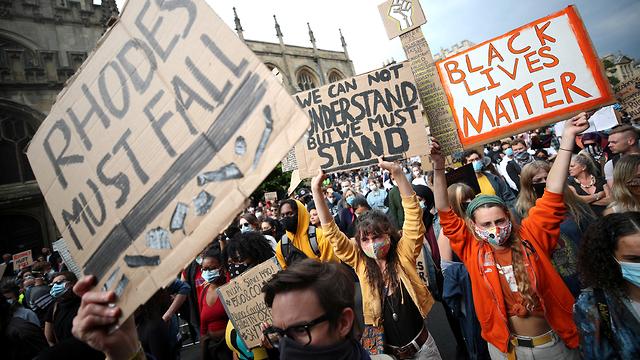 הפגנות  ב אוניברסיטת אוקספורד להסרת פסלו של ססיל רודס ב בריטניה (צילום: רויטרס)