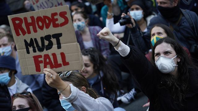 הפגנות  ב אוניברסיטת אוקספורד להסרת פסלו של ססיל רודס ב בריטניה (צילום: EPA)
