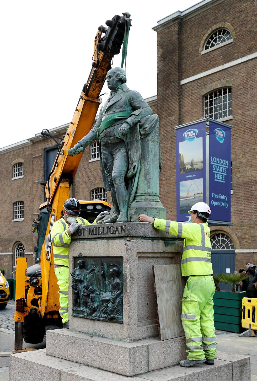 מסירים את פסל פסלו של סוחר העבדים רוברט מיליגן ב לונדון בריטניה (צילום: רויטרס)