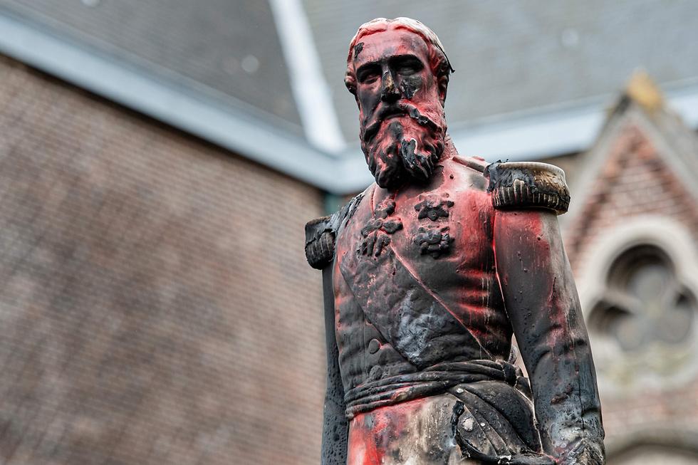 פסל מושחת של מלך בלגיה לשעבר ליאופולד השני ב אנטוורפן (צילום: AFP)