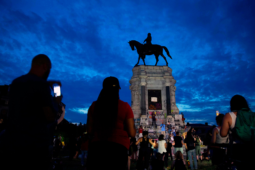 מפגינים מתחת לפסל של רוברט אי לי ב ריצ'מונד צפון קרוליינה ארה