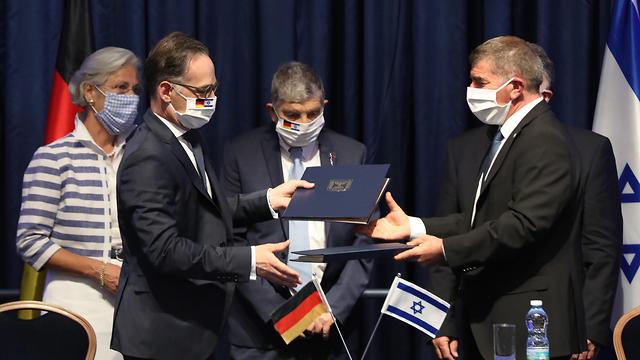 גבי אשכנזי ומקבילו הגרמני הייקו מאס (צילום: EPA)