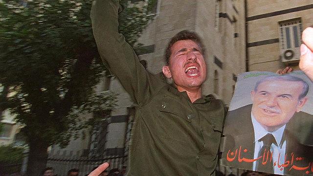 סוריה חייל בוכה על מות הנשיא חאפז אסד ב יוני 2000 (צילום: AFP)