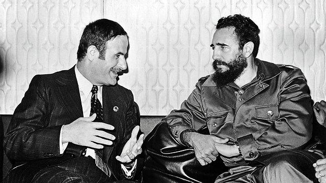 נשיא סוריה לשעבר חאפז אסד עם שליט קובה פידל קסטרו 1973 (צילום: AFP)