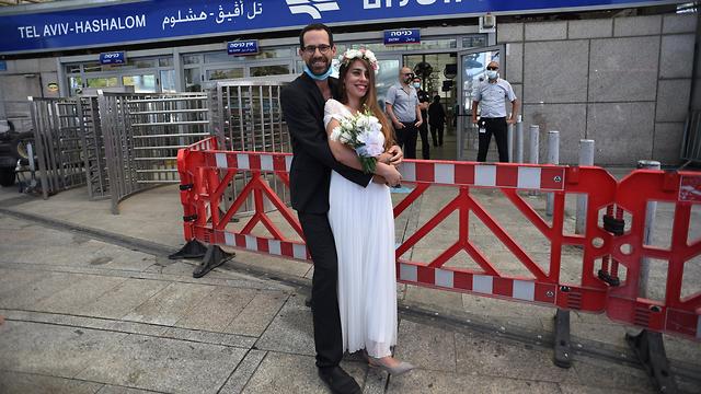חתונת מחאה של ארגון 15 דקות בכניסה לתחנת רכבת השלום במחאה על השבתת הרכבת (צילום: יובל חן)