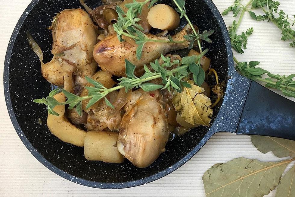 תבשיל שהוא ארוחה שלמה בסיר אחד - אפילו היין כבר בפנים: עוף עם ארטישוקים, תמרים וזיתים (צילום: ליאורה חוברה)