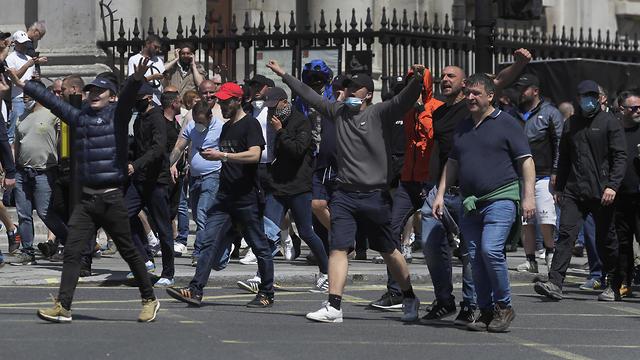 בריטניה מהומות ג'ורג' פלויד מפגינים נגד הגזענות לונדון כיכר טרפלגר (צילום:  AP)