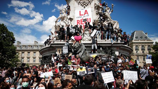 צרפת מהומות ג'ורג' פלויד מפגינים נגד הגזענות כיכר הרפובליקה פריז (צילום: רויטרס)