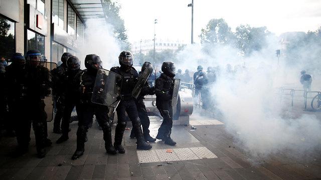 צרפת מהומות ג'ורג' פלויד שוטרים נגד פעילים נגד הגזענות ש התפרעו פריז (צילום: רויטרס)
