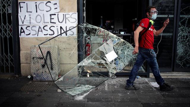 צרפת מהומות ג'ורג' פלויד התפרעויות פריז שוטרים מול מפגינים נגד הגזענות (צילום: רויטרס)