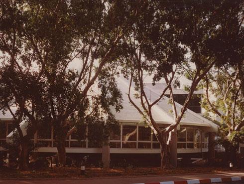 נחבאת בקמפוס המוריק בין עצים ותיקים (באדיבות RECA-ארכיון מרכז רכטר לאדריכלות)