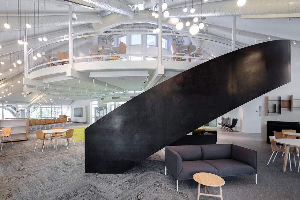 כדי לעודד את השימוש בקומת הגלריה, הוסיף האדריכל מיכי סתר גרם מדרגות פיסולי שמתבלט בספרייה (צילום: עוזי פורת)
