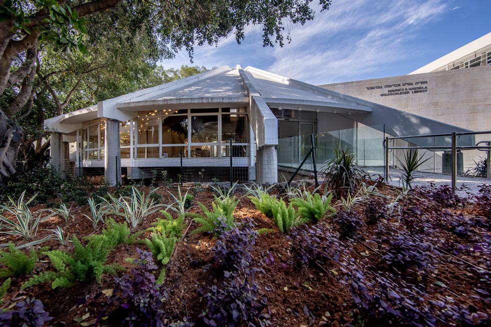 ספריית גולדשלגר למדעי החיים במכון ויצמן אחרי השיפוץ. אוהל בטון מתומן בבסיסו שמתכנס לכדי חרוט (צילום: רמי זרנגר)