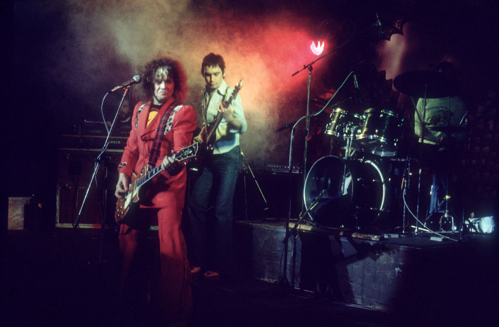 בולאן (משמאל) בהופעה של טי רקס בלונדון, 1974. הוכיח שגם שיר פופ של שלוש דקות יכול להיות יצירת מופת (צילום: Hulton Archive/GettyimagesIL)