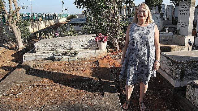 עדנה שמש ליד החלקות שנאסר עליה לרכוש בבית העלמין ברחובות (צילום: אבי מועלם)
